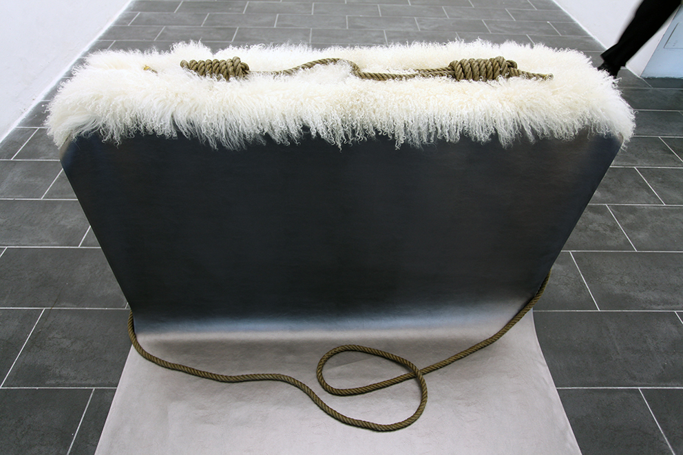 vetrina-Nè caino Nè Abele,2015, installazione pallets,pelle sintetica,pelliccia di mongolia,corda