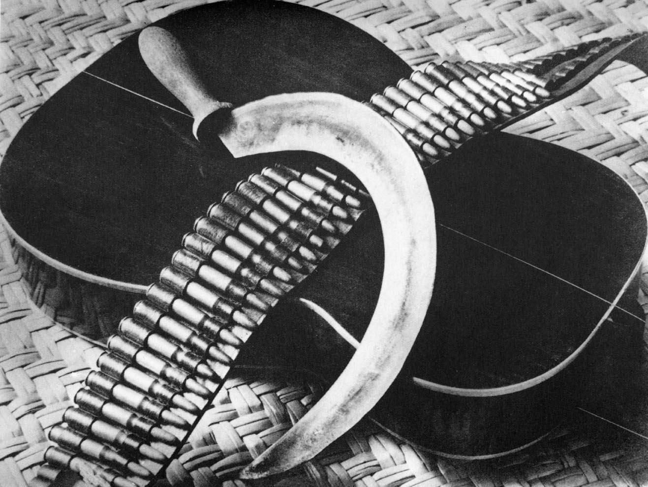 015_-tina-modotti-chitarra-falce-e-cartucciera-1927